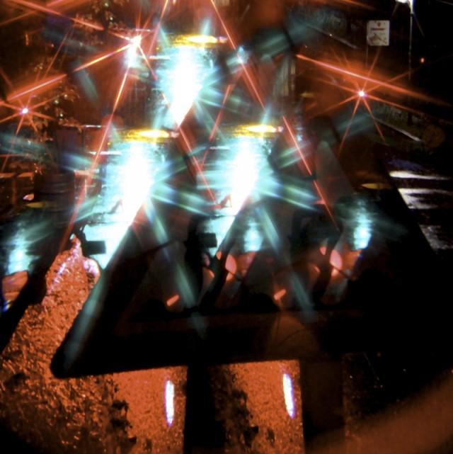 Baustellenschild mit bunten Lichtreflexen im Regen fotografiert - AV Playground Festival Vienna 2015