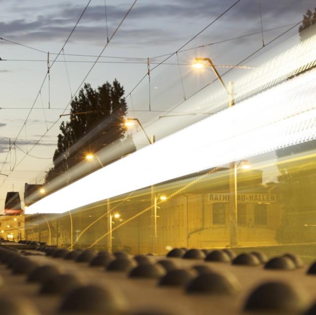 Tram vorbei, auf einer Brücke in Schöneweide